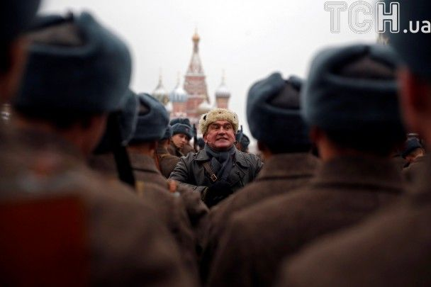 Танки, вибухи й тисячі військових. У Москві на Красній площі відтворили парад 1941 року