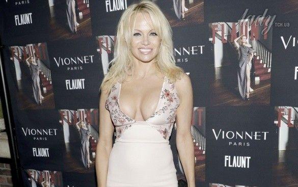 Памела Андерсон  у сукні з декольте_1
