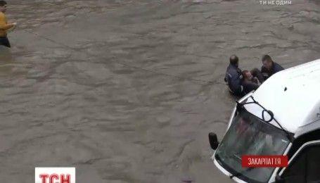 У Рахові вантажний бус опинився посеред річки Тиса