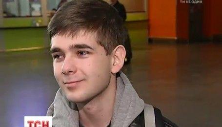 В хорошем настроении, но с переживанием: 16-летний Ваня Верех полетел на лечение в Италию