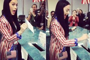 """Кеті Пері – у """"прапорі"""", Леді Гага – з пір'ям на голові: як зірки голосували за президента США"""