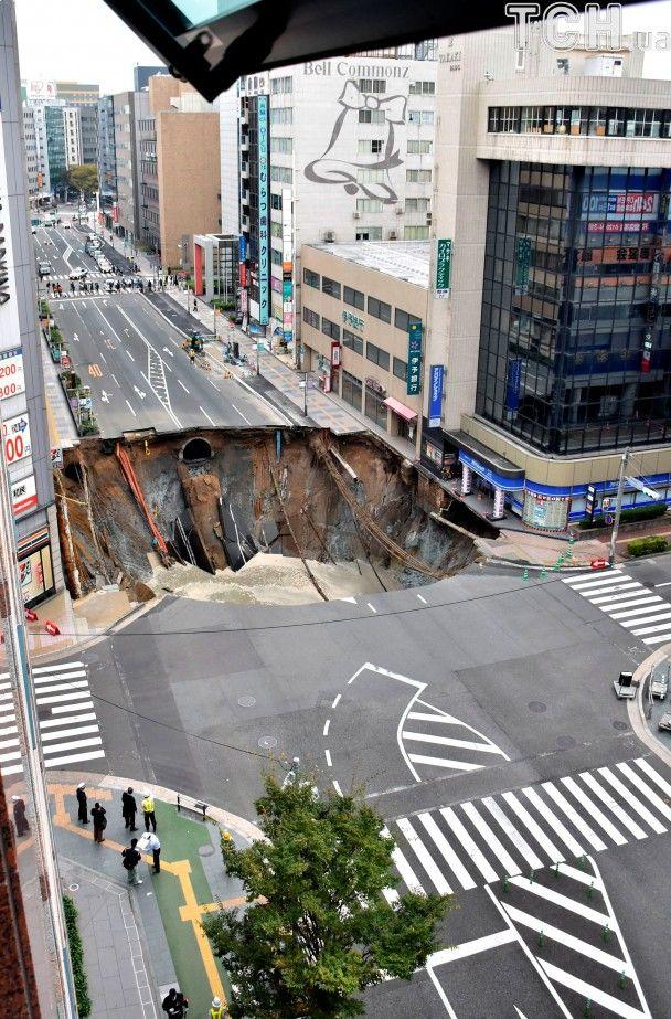 У Японії посеред шосе раптово утворилася гігантська дірка