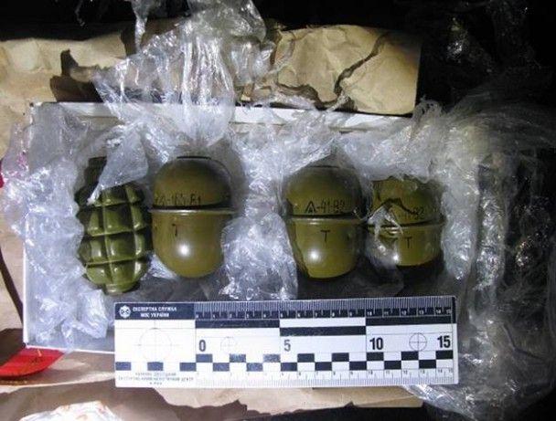 На Оболоні затримали двох молодиків, які продавали гранати просто на вулиці