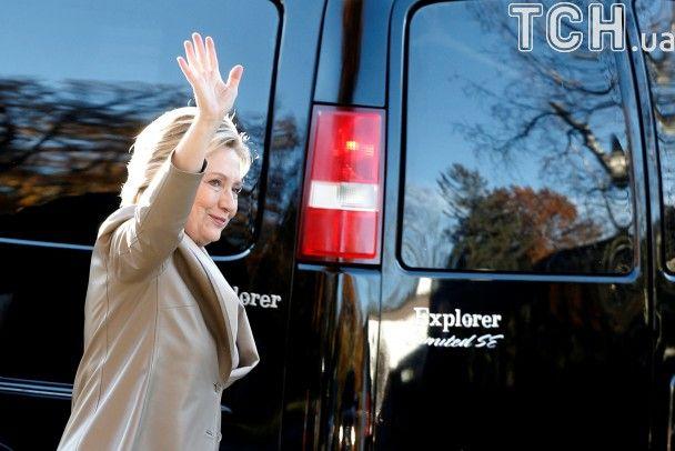 Усміхнена Клінтон із чоловіком проголосувала на виборах президента США