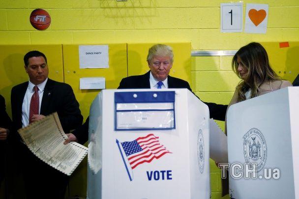 Задумливий Трамп із дружиною проголосував на виборах президента США
