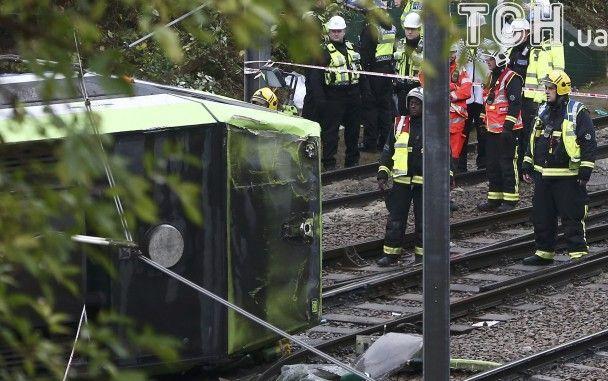 Зійшов із рейок та перекинувся. У Британії в трамваї застрягли люди, 5 загиблих