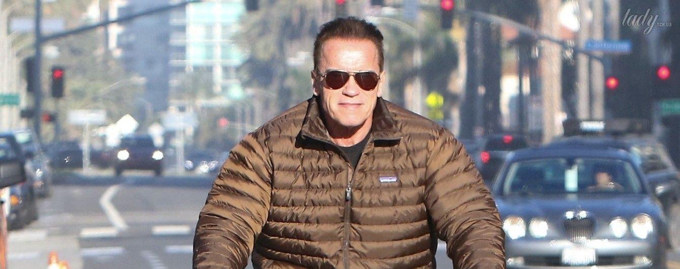 Арнольд Шварценеггер в куртке и шортах прокатился на велосипеде