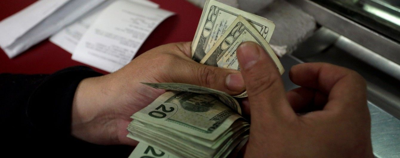 Долар продовжив дешевшати в курсах валют Нацбанку на 12 липня. Інфографіка