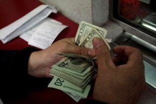 Гривня розпочинає новий тиждень із незначного знецінення в курсах валют Нацбанку. Інфографіка