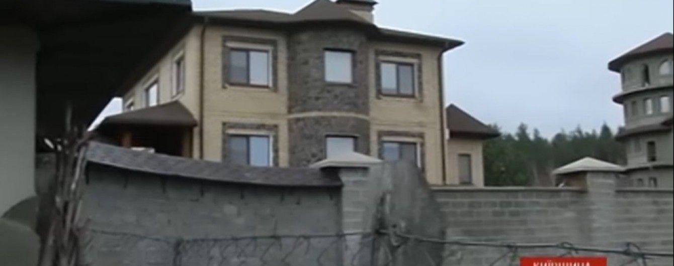 """На Київщині """"свободівець"""" обстріляв розкішний будинок депутата з """"Опоблоку"""""""