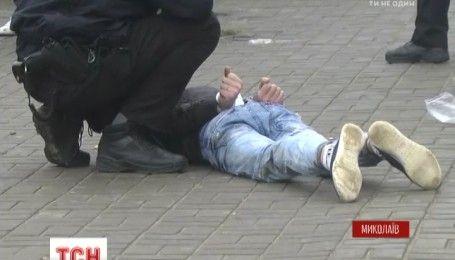 На рынке Николаева полицейский спас людей, зажав в руке гранату