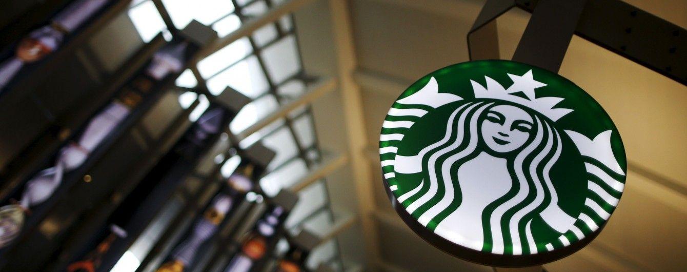 Українка розробила дизайн новорічних чашок для Starbucks з елементами петриківського розпису