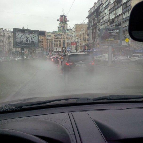 У Києві прорвало тепломережу: центр столиці скували оповиті парою затори