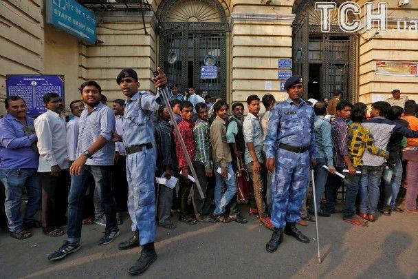 Паніка і черги в банках. В Індії не можуть оговтатися після скасування великих банкнот