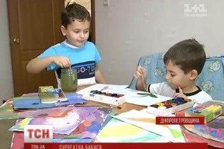 Павлоградським близнюкам, яких народила власна бабуся, розповіли правду про їхнє народження