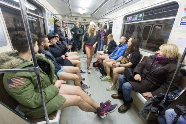 У метро в трусах. У Києві провели сороміцький флешмоб