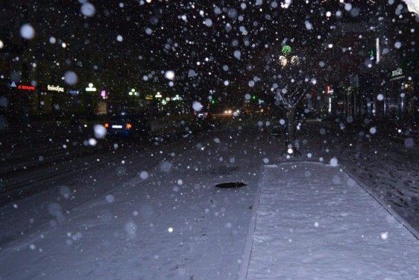 Луцьк засипає першим снігом: міні-сніговики й авто на узбіччях, які заважають чистити вулиці