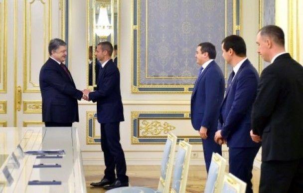 Скуштував коровай і поговорив з Порошенком: як пройшов візит нового президента УЄФА до України
