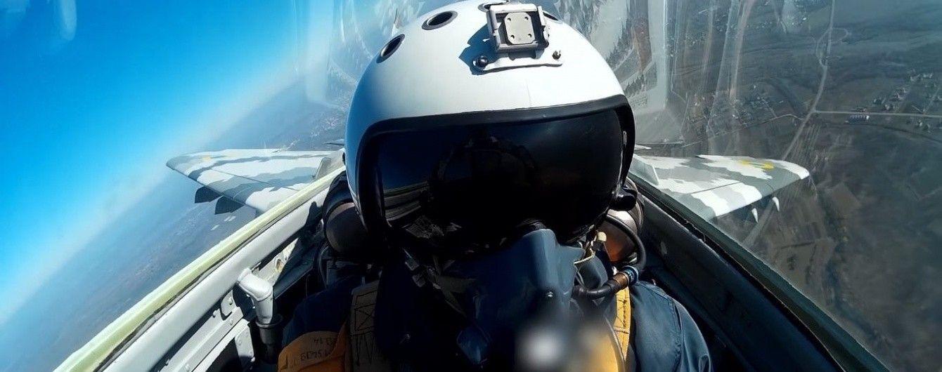 Політ над Карпатами. Пілот зняв захопливе відео з кабіни українського винищувача