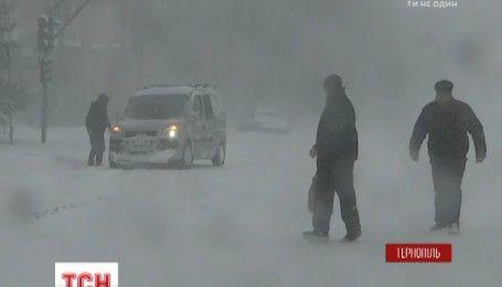 Закриті школи та паралізований транспорт: різкий вітер, мокрий сніг застали Україну зненацька