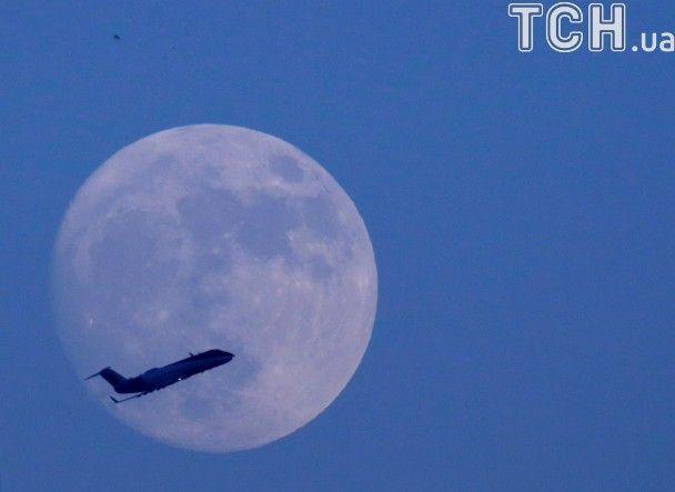 Reuters показав видовищні фото унікального Супермісяця