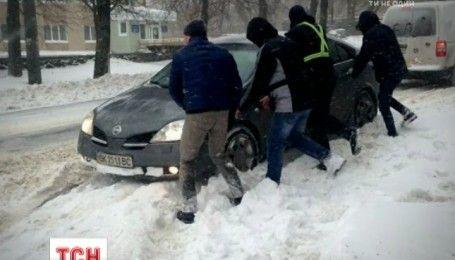 Спасатели достали из снежной ловушки несколько рейсовых автобусов с пассажирами дорогой на Луцк