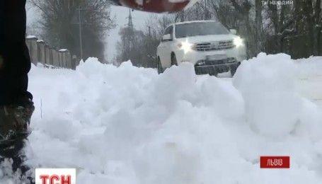 Одноденні канікули та перекриті дороги: захід України оговтується від снігової негоди