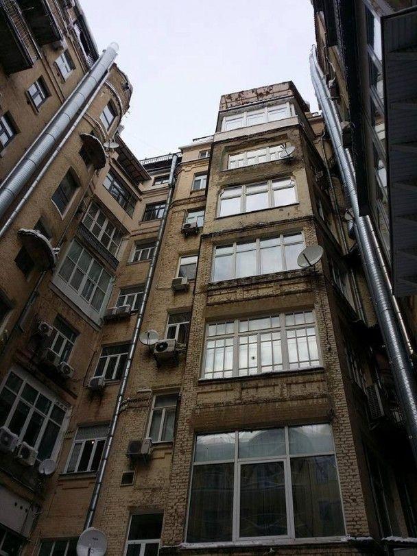 У центрі Києва сніг з даху багатоповерхівки розтрощив авто
