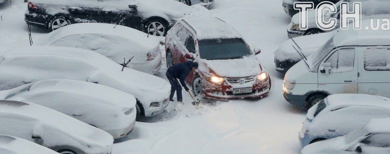 Перший іспит зими: комунальники Києва впоралися зі снігом і чекають на ожеледь