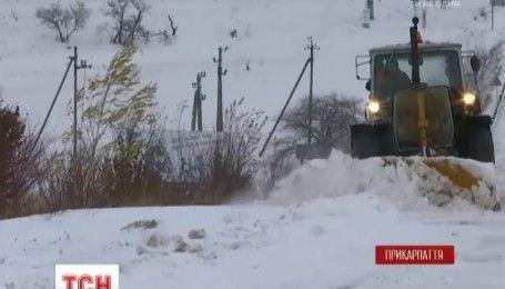 На Прикарпатье коммунальщики до сих пор борются с последствиями сильного снегопада