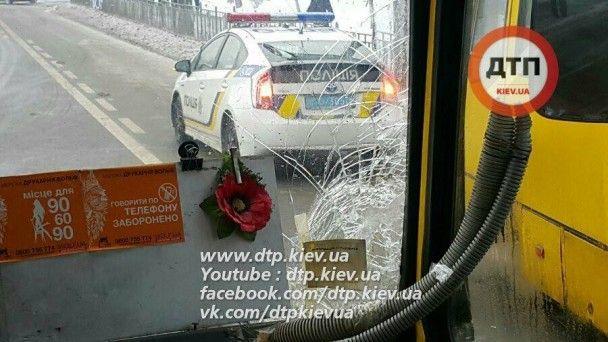 У Києві біля торговельного центру масштабно зіткнулись маршрутки, є постраждалі
