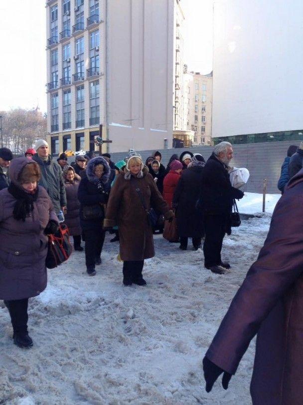 Організована черга пенсіонерів і 125 грн винагороди. Як у центрі Києва проходять мітинги
