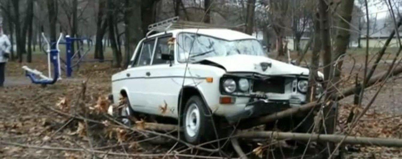 У Дніпрі ВАЗ з п'яним водієм збив чоловіка на спортмайданчику та розбився об дерево