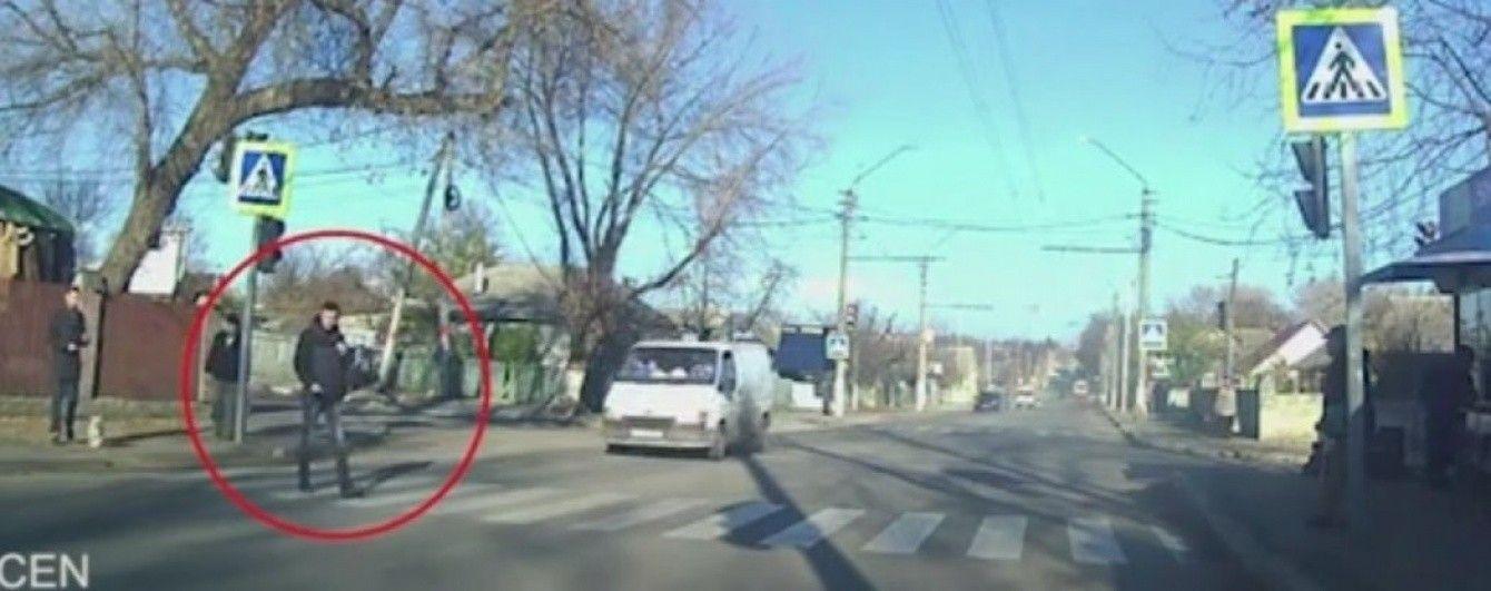 У Молдові від удару фургона чоловік злетів у повітря — перехожі лише байдуже озирнулися