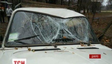 В Днепре автомобиль ВАЗ вылетел на спортплощадку и врезался в 55-летнего мужчину