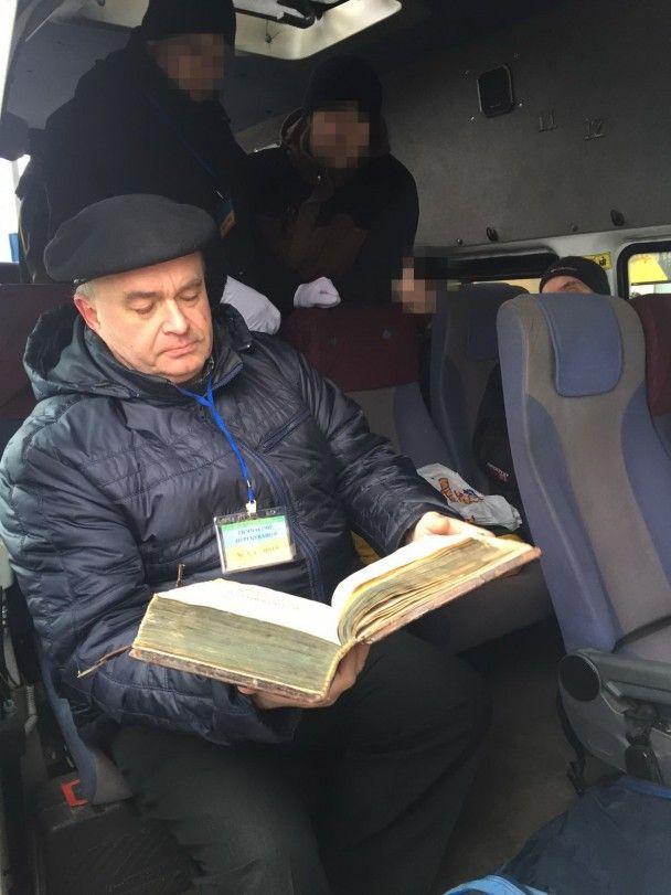 """З України намагалися вивезти стародавнє видання """"Апостол"""""""