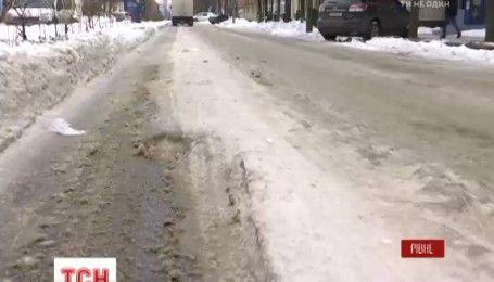 У Рівному комунальникам виписують штрафи за слизькі дороги