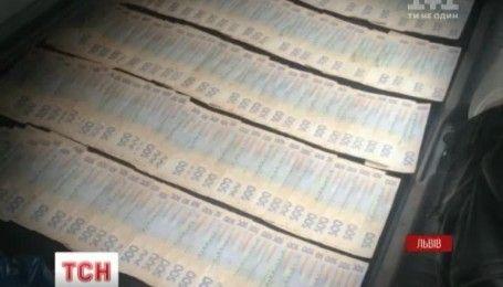 Львовского чиновника арестовали при получении взятки в 80 тысяч долларов