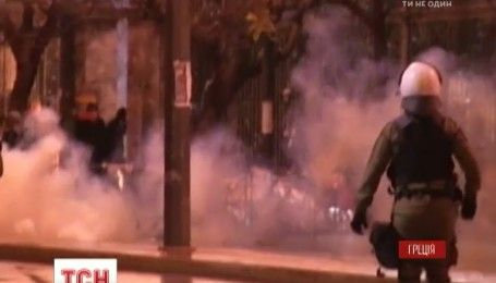 Сльозогінний газ та шумові граната: у Греції марш пам'яті студентів завершився сутичками з поліцією