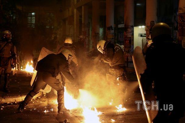 """Масштабні протести у Греції: мітингувальники закидали поліцію """"коктейлями Молотова"""""""