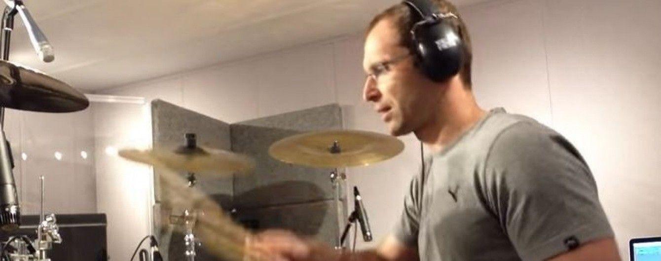 "Голкіпер ""Арсеналу"" зіграв на барабанах пісню групи ""Linkin Park"""