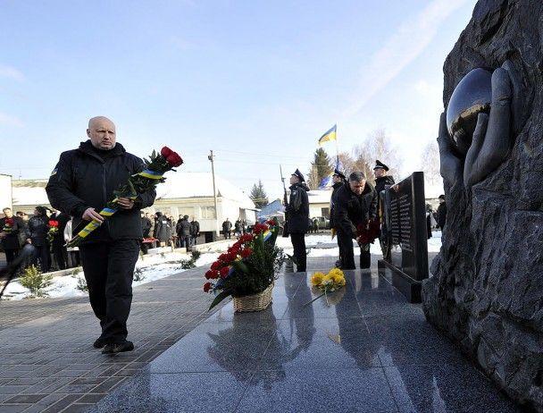 Турчинов та Аваков відкрили на Київщині меморіал загиблим героям