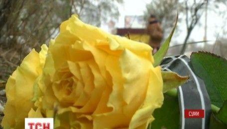 Правоохоронці з'ясовують причини загибелі дівчини, яка випала з дев'ятого поверху в Сумах