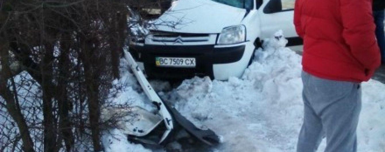 Двоє людей загинули внаслідок зіткнення маршрутки з легковиком на Львівщині