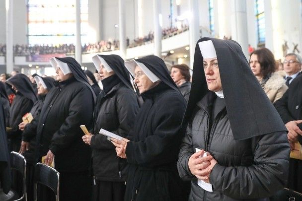 Тисячі вірян і селфі з президентом. Як у Польщі Ісуса Христа оголосили королем
