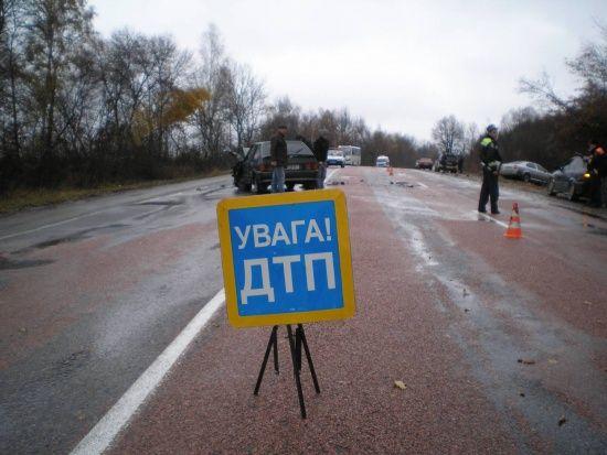 На Чернігівщині авто врізалося в дерево: є жертви та поранені