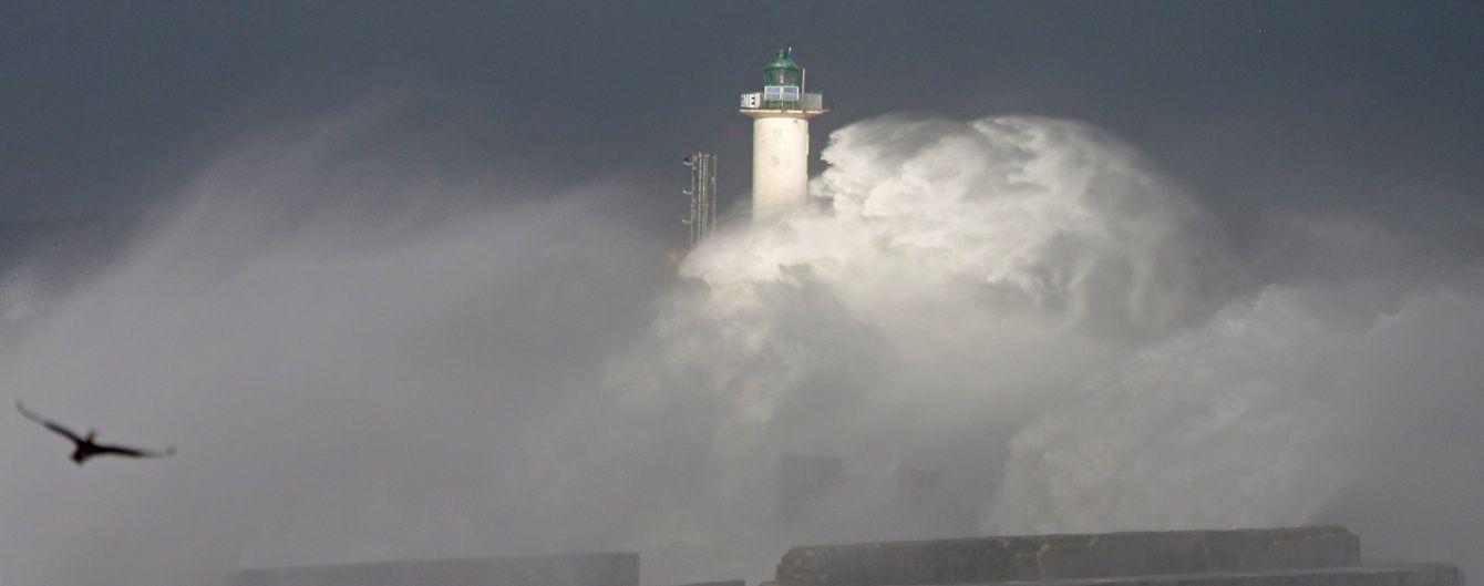 У Франції через сильні вітри без світла залишилися 75 тисяч будинків