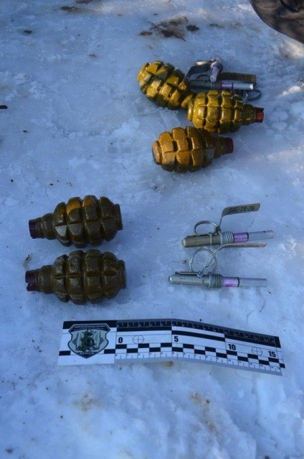 На околиці Івано-Франківська знайшли одразу декілька схованок зі зброєю