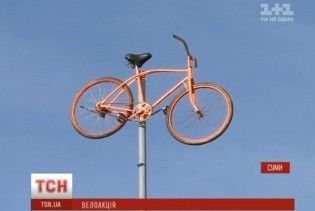 Завис у повітрі. У Сумах на 15-метровій висоті перед вікнами мерії прикріпили велосипед