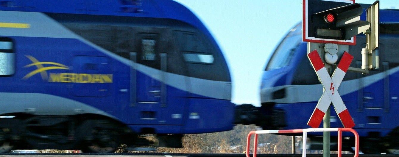 У Дніпрі поїзд на переїзді протаранив авто патрульних